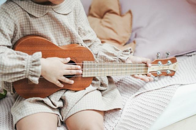 gra na ukulele jest dziecinnie prosta